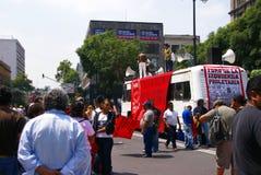 Personer som protesterar med röda flaggor Arkivbild
