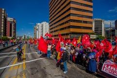 Personer som protesterar med röda flaggor från det fackliga populära partiet Royaltyfri Foto