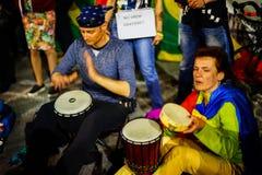 Personer som protesterar med valsar, Bucharest, Rumänien royaltyfri foto