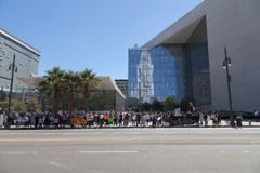 Personer som protesterar monterar utvändiga LAPD-högkvarter Royaltyfria Bilder