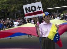 Personer som protesterar mot den Nicolas Maduro diktaturmarschen i service av Guaido arkivfoto