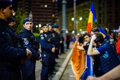 Personer som protesterar och rättsskipning i Bucharest, Rumänien royaltyfri bild
