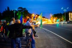 Personer som protesterar på barrikaden, Bucharest, Rumänien arkivfoto
