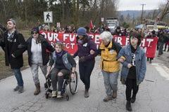 Personer som protesterar på den Kinder Morgan behållarelantgården i Burnaby, F. KR. royaltyfria bilder
