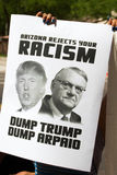 Personer som protesterar på Donalds Trump första presidentkampanj samlar i Phoenix Royaltyfri Fotografi