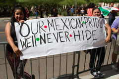 Personer som protesterar på Donalds Trump första presidentkampanj samlar i Phoenix Arkivbild