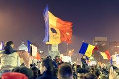Personer som protesterar på #rezistdemonstrationen, Bucharest, Rumänien Arkivfoton