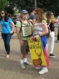 Personer som protesterar på Vita Huset Arkivbild
