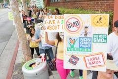 Personer som protesterar samlade i gatorna mot den Monsanto korporationen Royaltyfria Foton