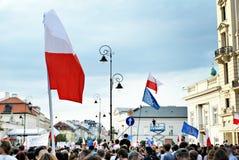 Personer som protesterar samlar framme av presidentpalatset i Warszawa Arkivbilder