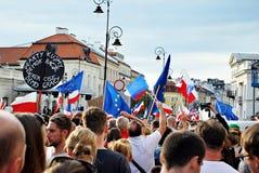 Personer som protesterar samlar framme av presidentpalatset i Warszawa Arkivfoton