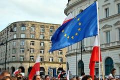 Personer som protesterar samlar framme av presidentpalatset i Warszawa Royaltyfria Foton