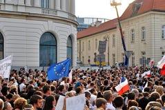 Personer som protesterar samlar framme av presidentpalatset i Warszawa Royaltyfri Fotografi