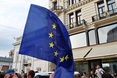 Personer som protesterar samlar framme av presidentpalatset i Warszawa Fotografering för Bildbyråer