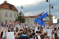 Personer som protesterar samlar framme av presidentpalatset i Warszawa Royaltyfri Foto