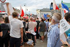 Personer som protesterar samlar framme av presidentpalatset i Warszawa Royaltyfria Bilder