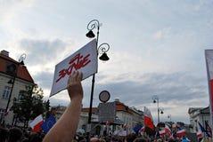 Personer som protesterar samlar framme av presidentpalatset i Warszawa Arkivfoto