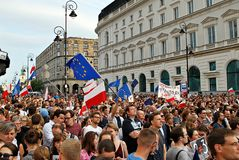 Personer som protesterar samlar framme av presidentpalatset i Warszawa Royaltyfri Bild