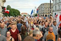 Personer som protesterar samlar framme av presidentpalatset i Warszawa Arkivbild