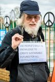 Personer som protesterar samlar utanför maingaten till VÖRDNADEN, Aldermaston Royaltyfri Foto