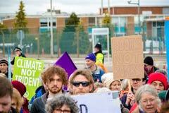 Personer som protesterar samlar utanför maingaten till VÖRDNADEN, Aldermaston Royaltyfri Bild