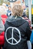 Personer som protesterar samlar utanför maingaten till VÖRDNADEN, Aldermaston Royaltyfria Bilder