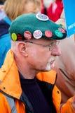 Personer som protesterar samlar utanför maingaten till VÖRDNADEN, Aldermaston Royaltyfri Fotografi