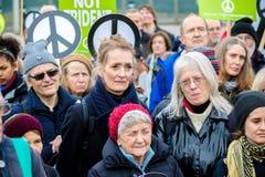 Personer som protesterar samlar utanför maingaten till VÖRDNADEN, Aldermaston Royaltyfria Foton