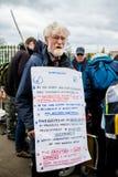 Personer som protesterar samlar utanför maingaten till VÖRDNADEN, Aldermaston Arkivbilder