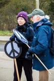 Personer som protesterar samlar utanför maingaten till VÖRDNADEN, Aldermaston Arkivfoton