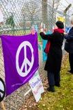 Personer som protesterar samlar utanför maingaten till VÖRDNADEN, Aldermaston Fotografering för Bildbyråer