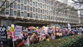 Personer som protesterar som marscherar i den ingen muslimska förbuddemonstrationen i London Fotografering för Bildbyråer
