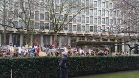 Personer som protesterar som marscherar i den ingen muslimska förbuddemonstrationen i London Arkivbild