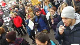 Personer som protesterar som marscherar i den ingen muslimska förbuddemonstrationen i London Royaltyfria Bilder