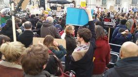 Personer som protesterar som marscherar i den ingen muslimska förbuddemonstrationen i London Royaltyfri Foto
