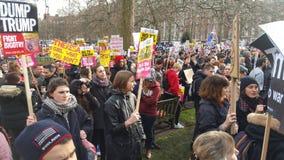 Personer som protesterar som marscherar i den ingen muslimska förbuddemonstrationen i London Royaltyfri Bild