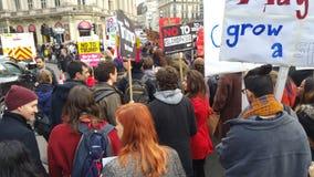 Personer som protesterar som marscherar i den ingen muslimska förbuddemonstrationen i London Royaltyfri Fotografi