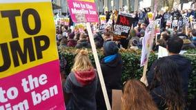 Personer som protesterar som marscherar i den ingen muslimska förbuddemonstrationen i London Arkivfoton
