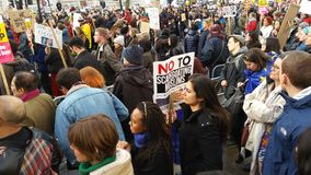 Personer som protesterar som marscherar i den ingen muslimska förbuddemonstrationen i London Arkivbilder