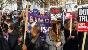 Personer som protesterar som marscherar i den ingen muslimska förbuddemonstrationen i London Royaltyfria Foton