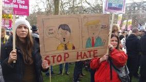 Personer som protesterar som marscherar i den ingen muslimska förbuddemonstrationen i London Arkivfoto