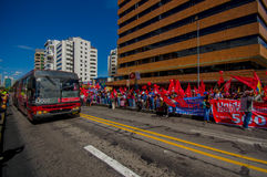 Personer som protesterar som marscherar i huvudstadsQuito Arkivfoto