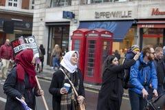 Personer som protesterar som marscherar i London ingen muslimsk förbuddemonstration Fotografering för Bildbyråer