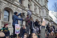 Personer som protesterar som marscherar i London ingen muslimsk förbuddemonstration Royaltyfri Fotografi