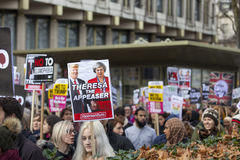 Personer som protesterar som marscherar i London ingen muslimsk förbuddemonstration Arkivbild
