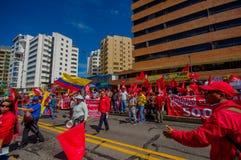Personer som protesterar som marscherar med ecuadorianen och union Fotografering för Bildbyråer