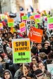 Personer som protesterar som rymmer all sort av tecken, sjunker och plakat i gatorna Royaltyfri Fotografi