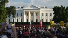 Personer som protesterar utanför tecknet för Vita Husethåll stock video