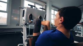 Persongenomkörare på en idrottshall, bärande bionisk benprotes stock video