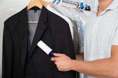 Personhand som tar bort damm med förbandsgasrullen Royaltyfria Bilder